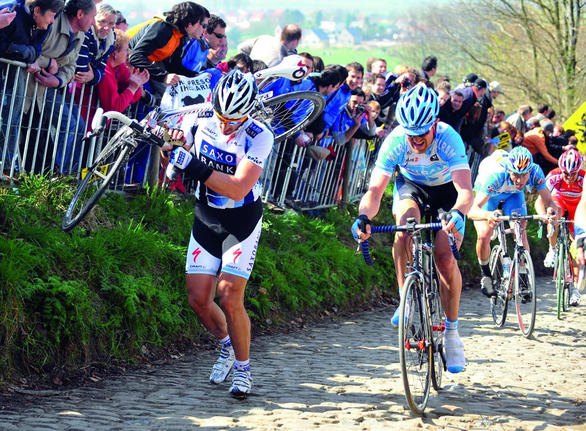 El suizo Fabian Cancellara, pie a tierra en el Tour de Flandes 2009.