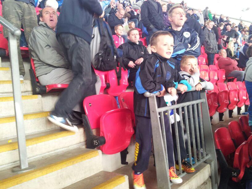 Niños aficionados del Wigan viven con emoción el desarrollo de la final. Faltaba lo mejor de la tarde.