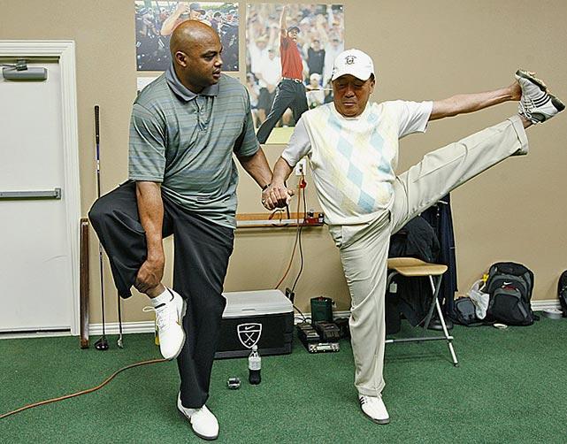 La leyenda de la NBA Charles Barkley calienta antes de comenzar su entrenamiento diario de golf.