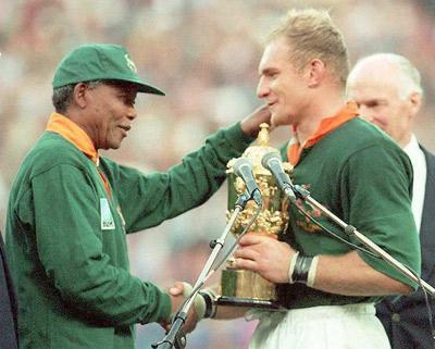 Nelson Mandela entregó la Copa del Mundo a François Pienaar.