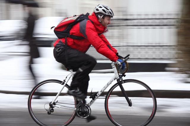 Un ciclista le planta cara al frío.