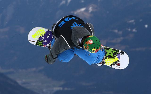 Un snowboarder en el aire