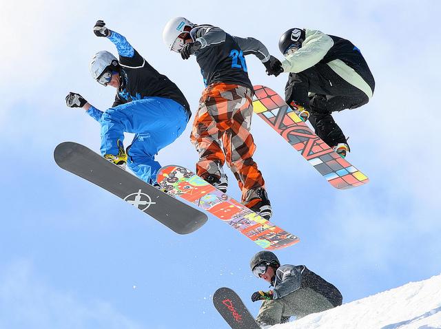 El snowboard se puede practicar de manera individual o en grupo.