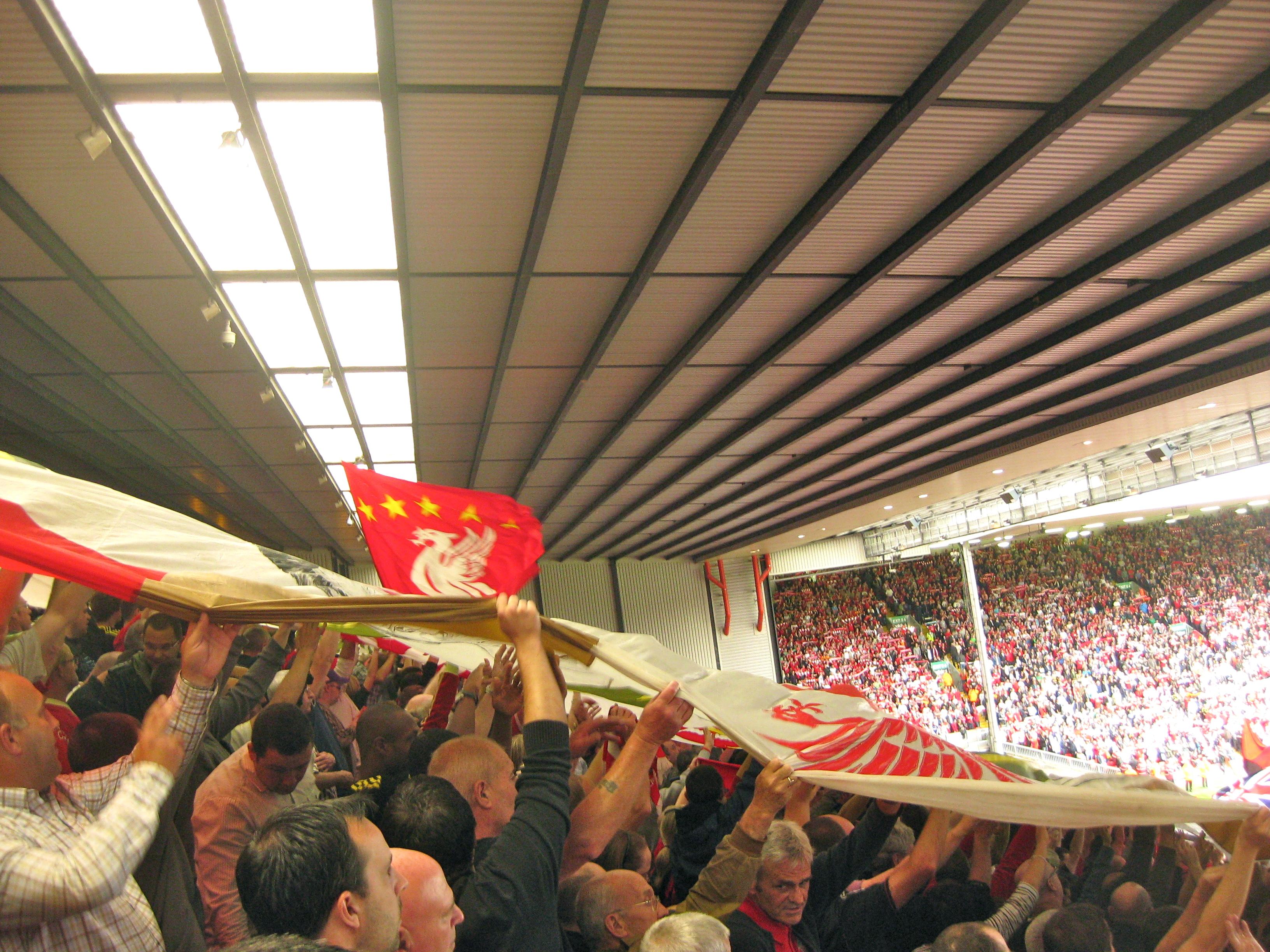 """Vivir un partido desde la legendaria curva """"The Koop"""" en Anfield es una experiencia única."""