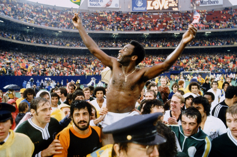 Pelé se retiró definitivamente del fútbol tras su etapa en el Cosmos de Nueva York.