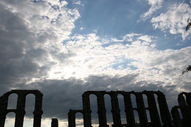 Vistas del Acueducto de los Milagros, llamado así porque es un milagro que esté en pie.