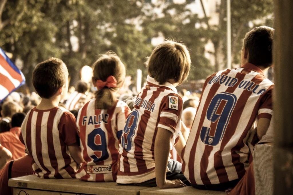 Niños que se sienten orgullosos de sus ídolos tras la victoria soñada. (Foto: Víctor Fernández-Peñaranda)