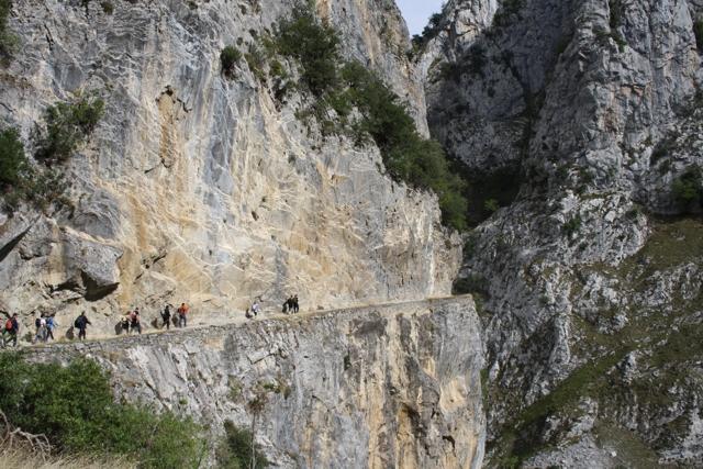Cuando la Ruta del Cares transcurre por el desfiladero hay que tener cuidado porque la caída sería de 800 metros. (Foto: Rutadelcares.com)