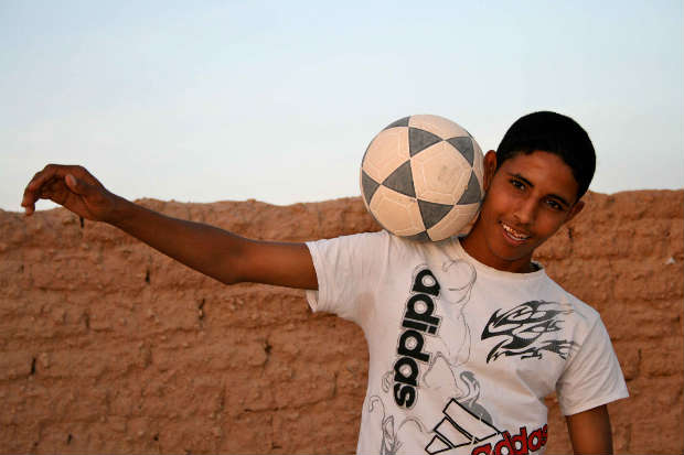 Maruf se pasa el día jugando al fútbol. (Foto: Luis Murillo Arias)