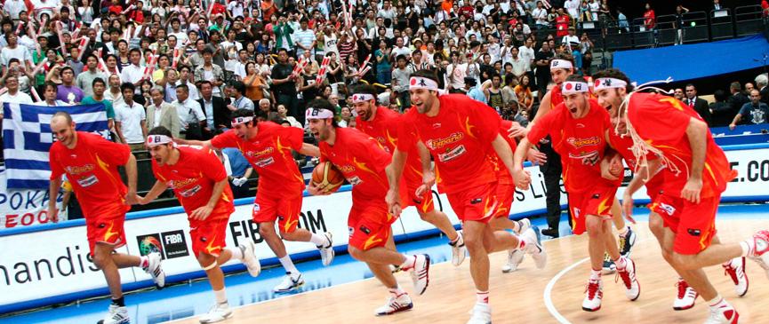España, con un vestuario lleno de amigos y solidaridad, alcanzó la cima del éxito al triunfar sin Pau Gasol en la final del mundial 2006.