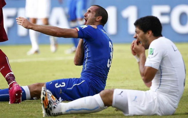 Debido a su reincidencia mordiendo a rivales, ya existen apuestas sobre quién será el próximo rival al que morderá Luis Suárez.