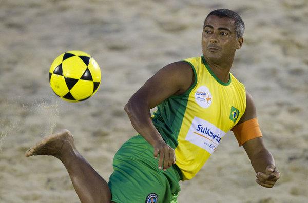 No es difícil encontrarse con Romario jugando al Futvoley en la playa de Copacabana.