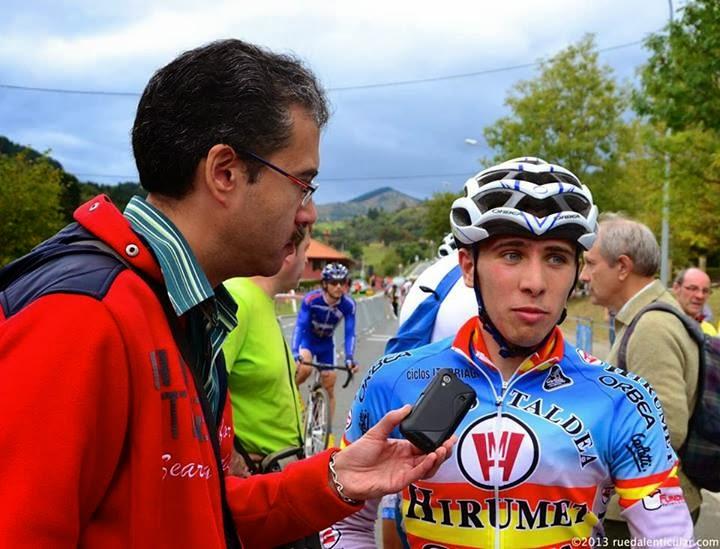 Un periodista entrevista a un ciclista al final de una etapa.