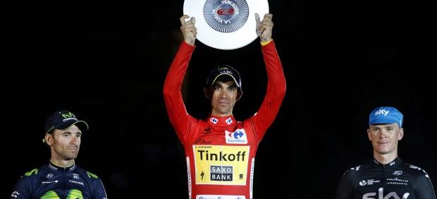 Alberto Contador, victorioso en la plaza del Obradoiro de Santiago de Compostela.