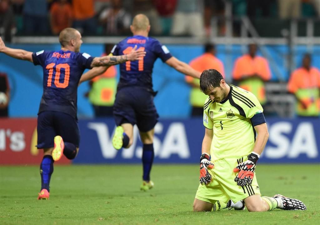 El gesto de Iker Casillas lo dice todo tras el segundo gol de Robben en el primer partido de España en el Mundial 2014.