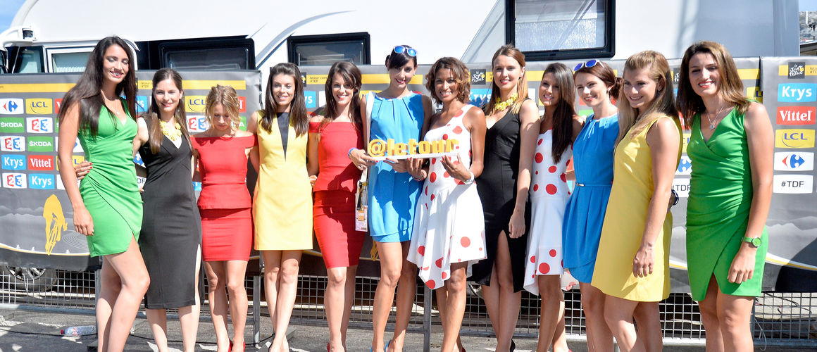 Las azafatas aportan colorido y sensualidad en el podio del Tour.
