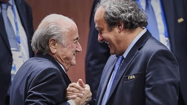 Los máximos dirigentes de la FIFA y la UEFA están siendo investigados por presunta corrupción.