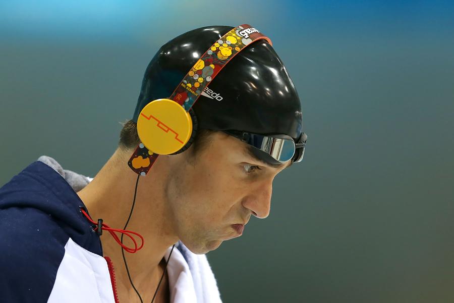 Michael Phelps siempre escucha música antes de lanzarse a la piscina.