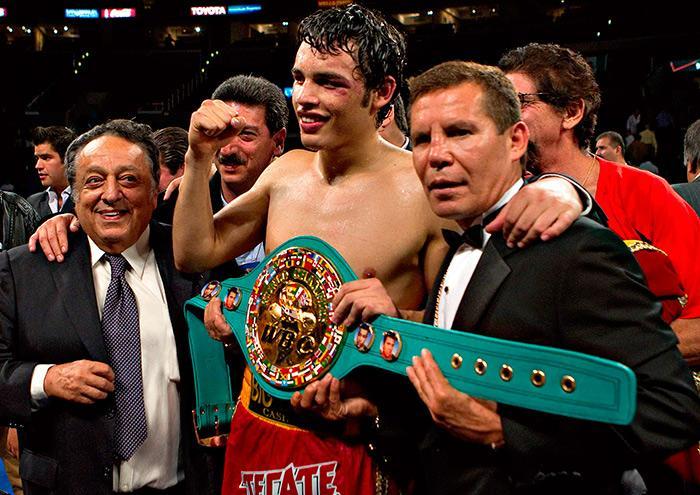 Julio César Chávez Jr. sigue boxeando supervisado por su admirado padre.
