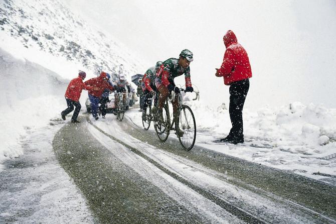 Los buenos aficionados al ciclismo aún recuerdan las dantescas estampas del Gavia en 1988.