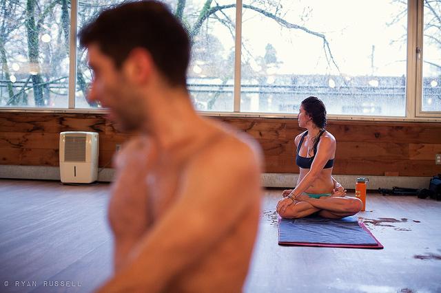 El Bikram Yoga se realiza a 36 grado (Foto: Flickr @RyanRussell).