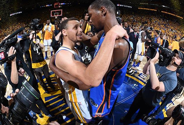 La buena relación de Curry y Kevin Durant contribuyó al fichaje de este por los Warriors.