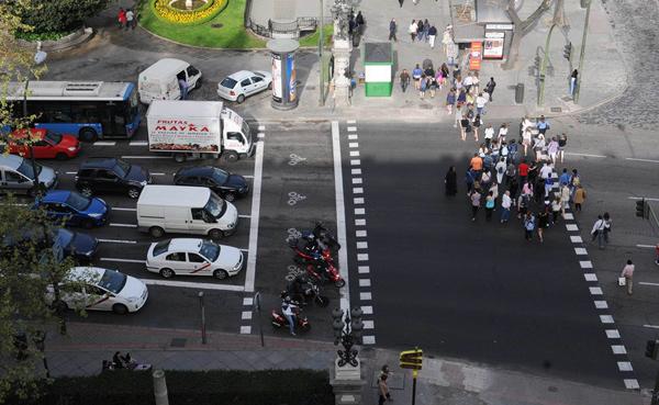 Las zonas adelantadas en los semáforos dan prioridad a las motos.